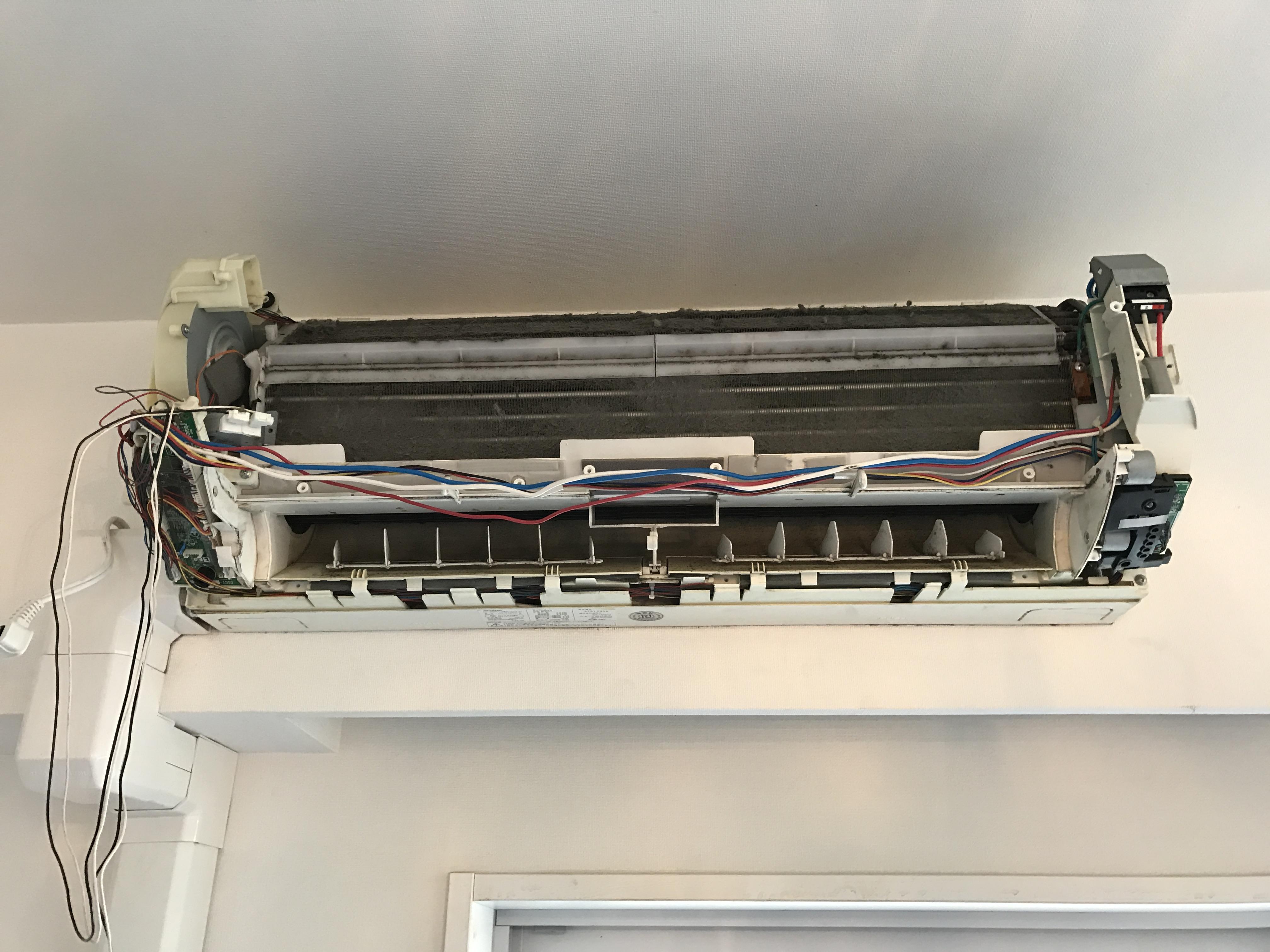 おそうじ機能付きは配線が多く、機種によっては分解すると配線がダラーと垂れます。