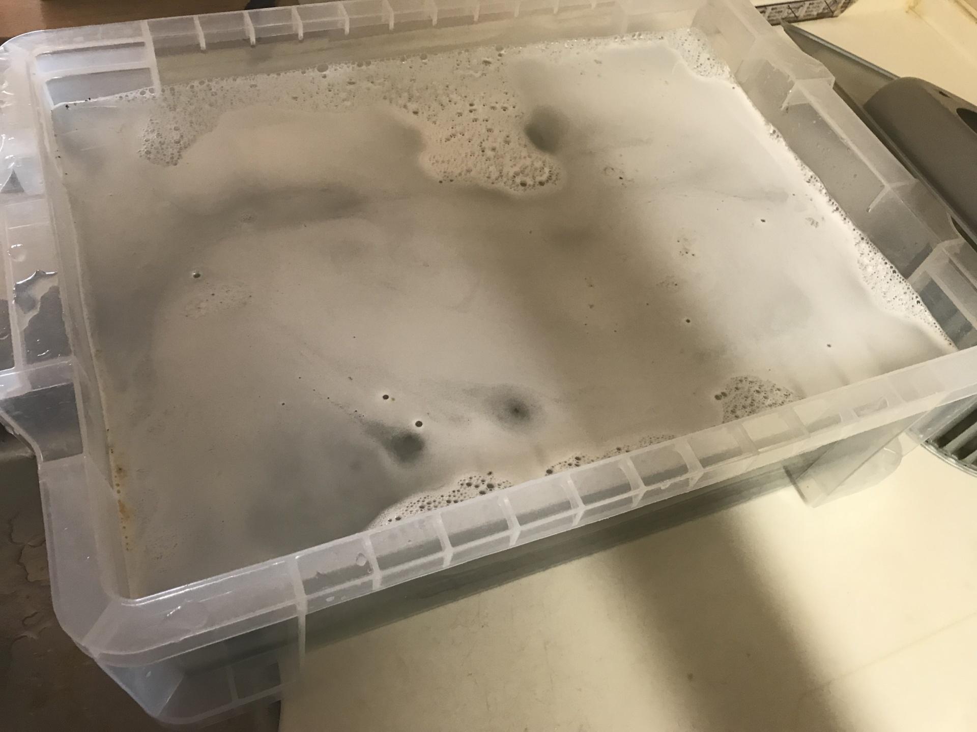 大き目の容器に洗剤を希釈したお湯を溜めて浸け置きます