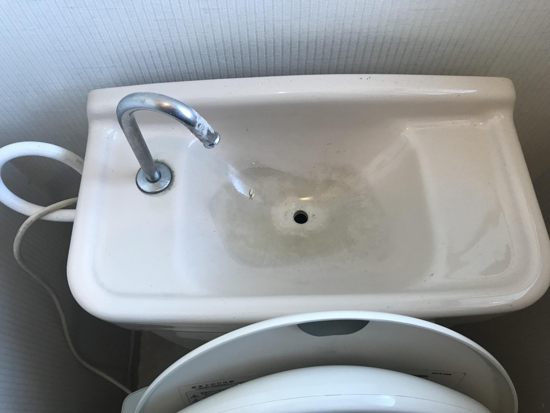 タンクの上も汚れはこびり付いています