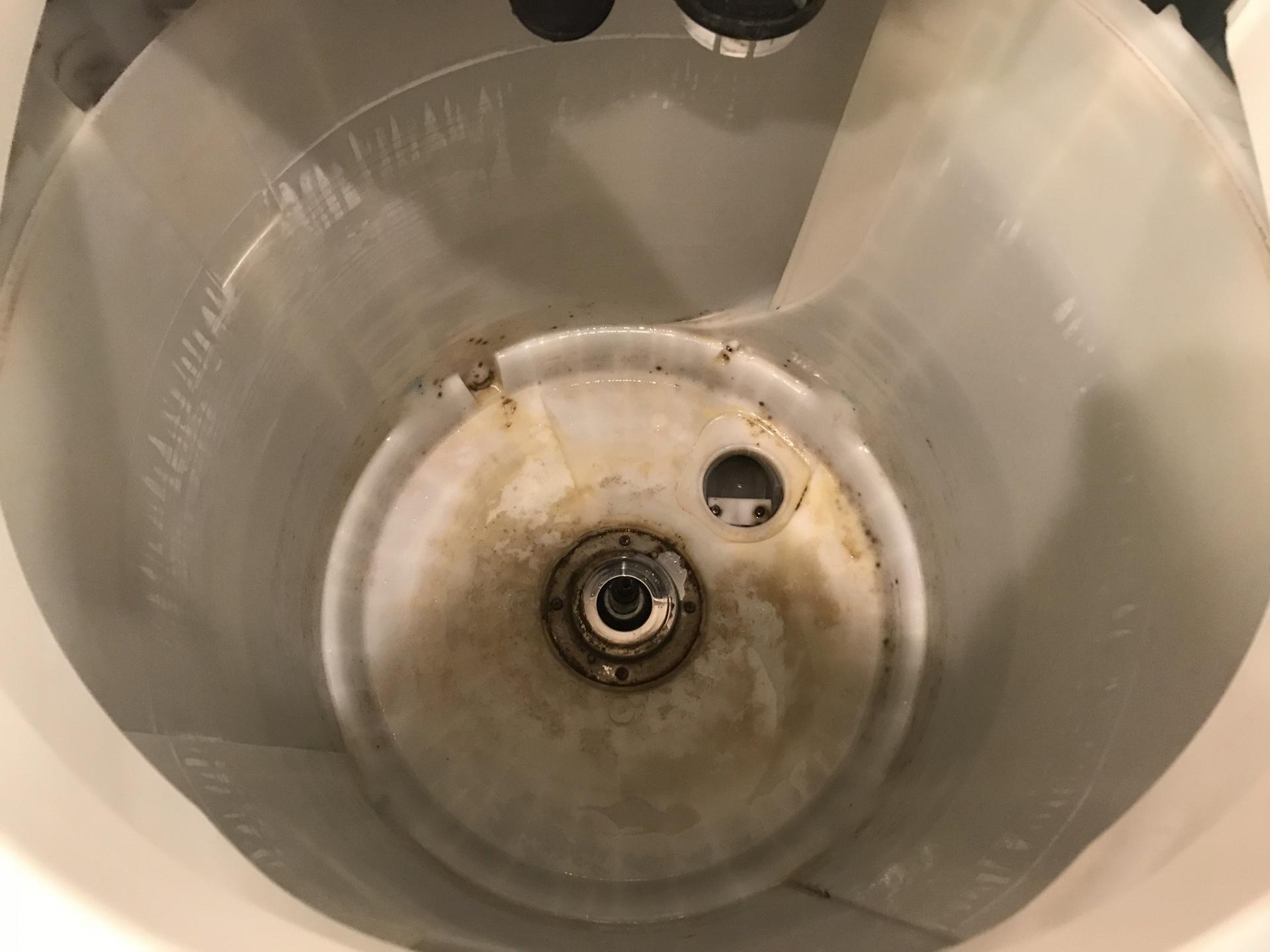 洗濯槽を納めていた水受け槽
