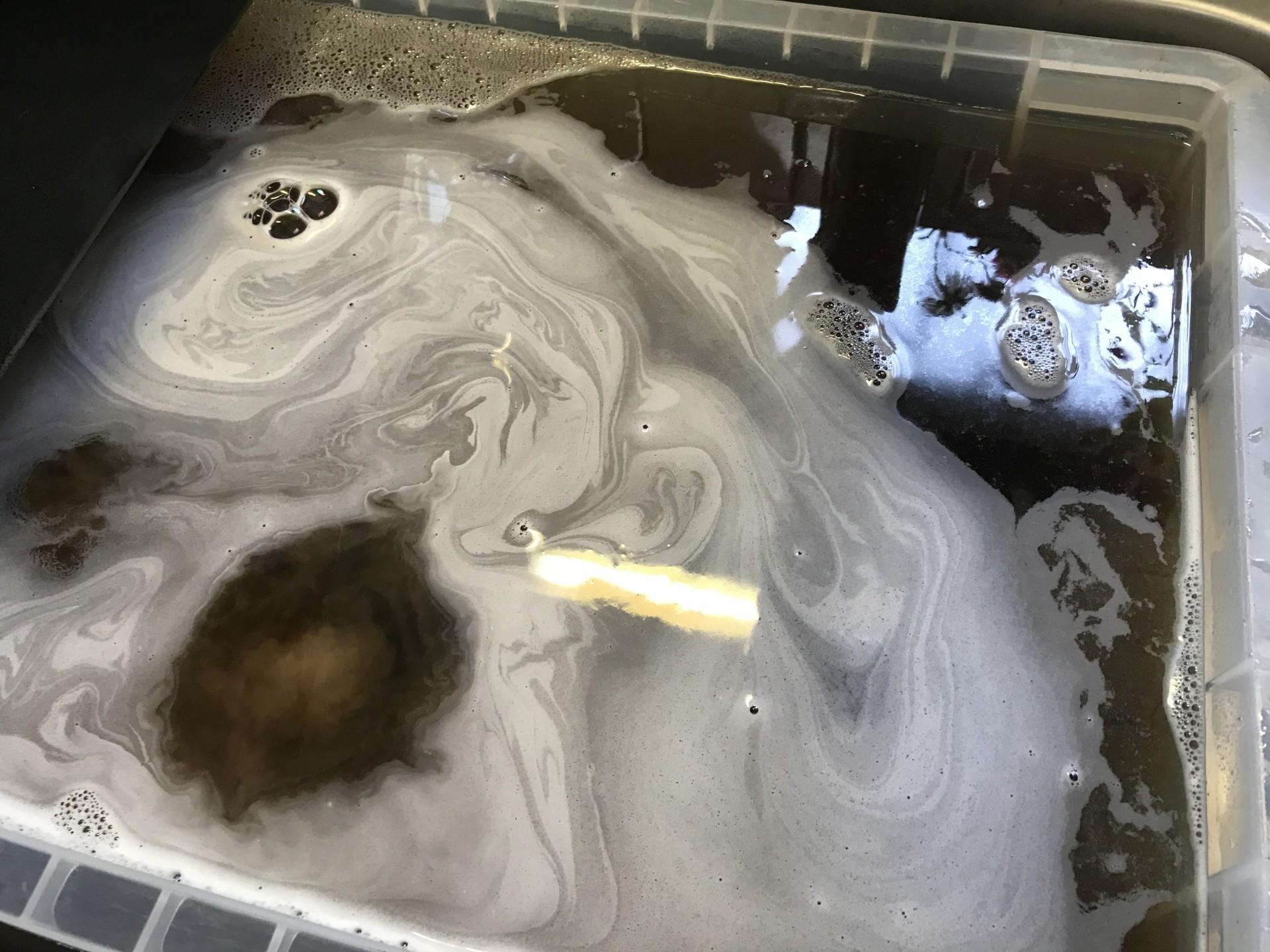 このように大き目の容器に薬剤を溶かしたお湯を溜め、各部位をつけ置きしていきます