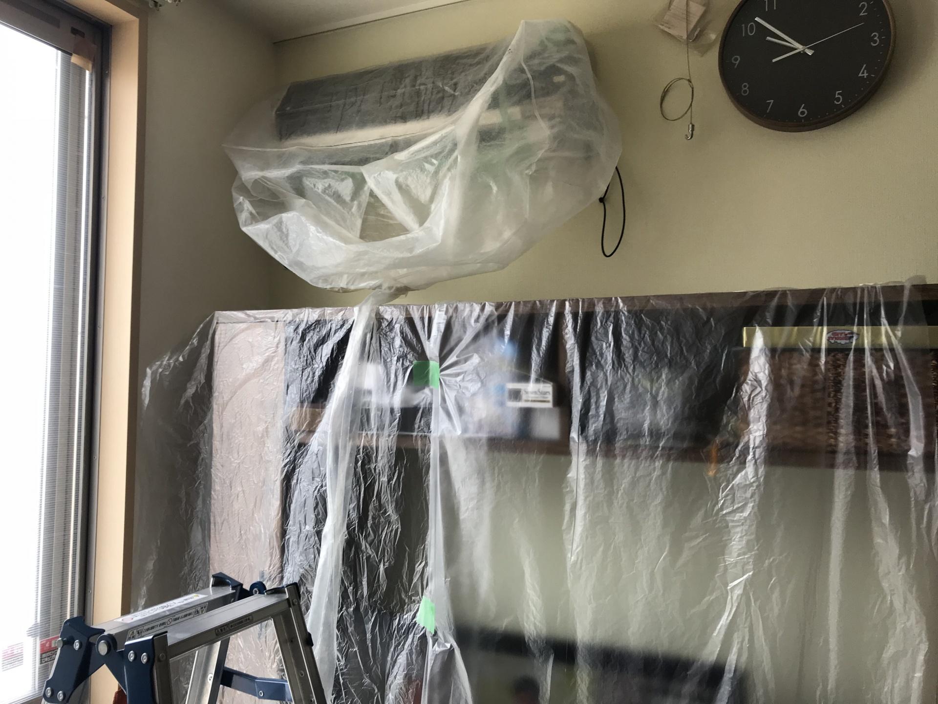 エアコン本体にはカバー、棚にはビニールシートをかぶせています