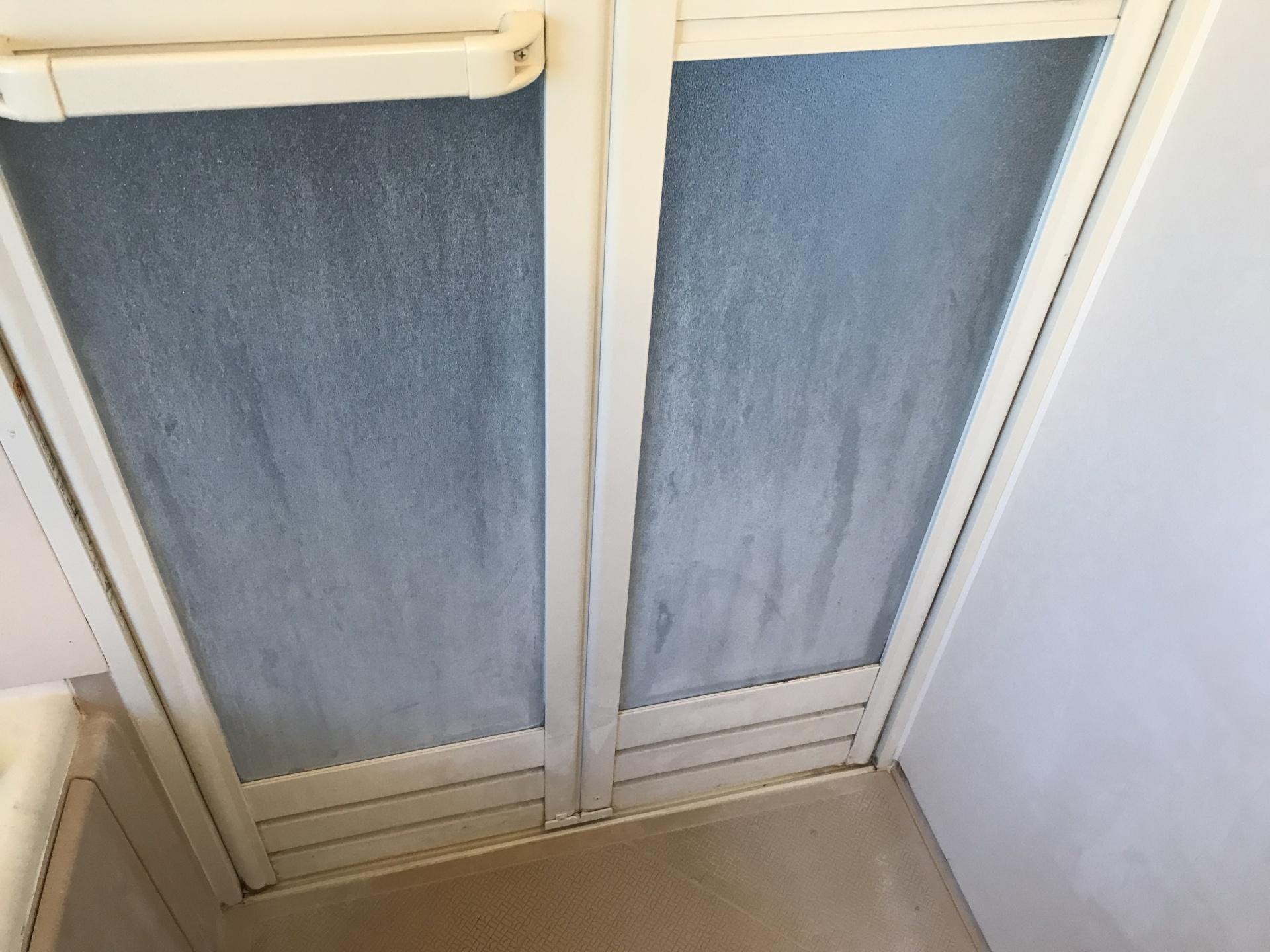 浴室の扉のビフォーです。水垢やら皮脂汚れやら