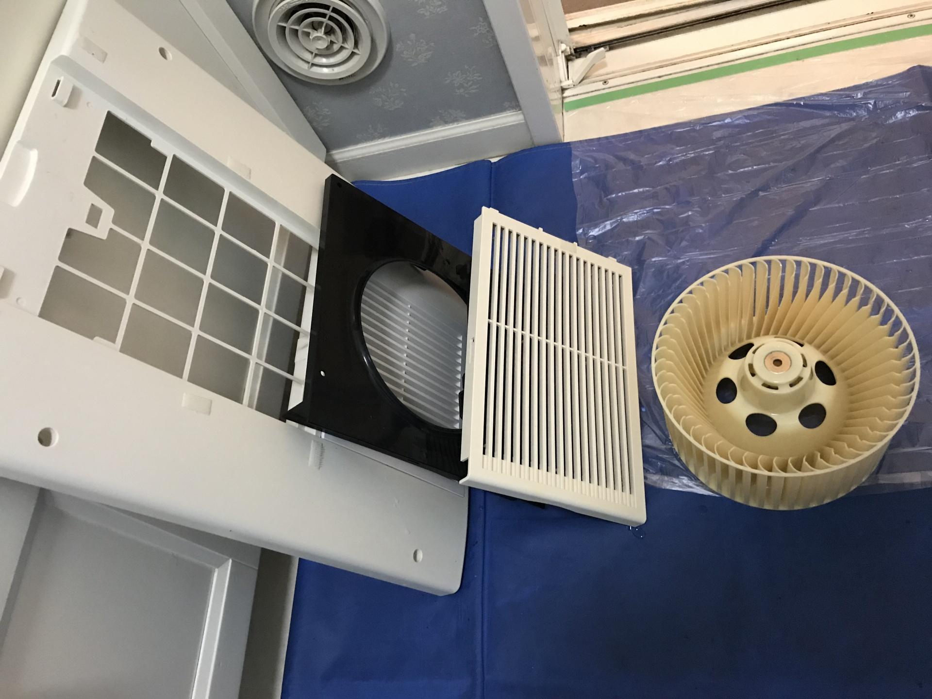 浴室乾燥機の分解した部品です。
