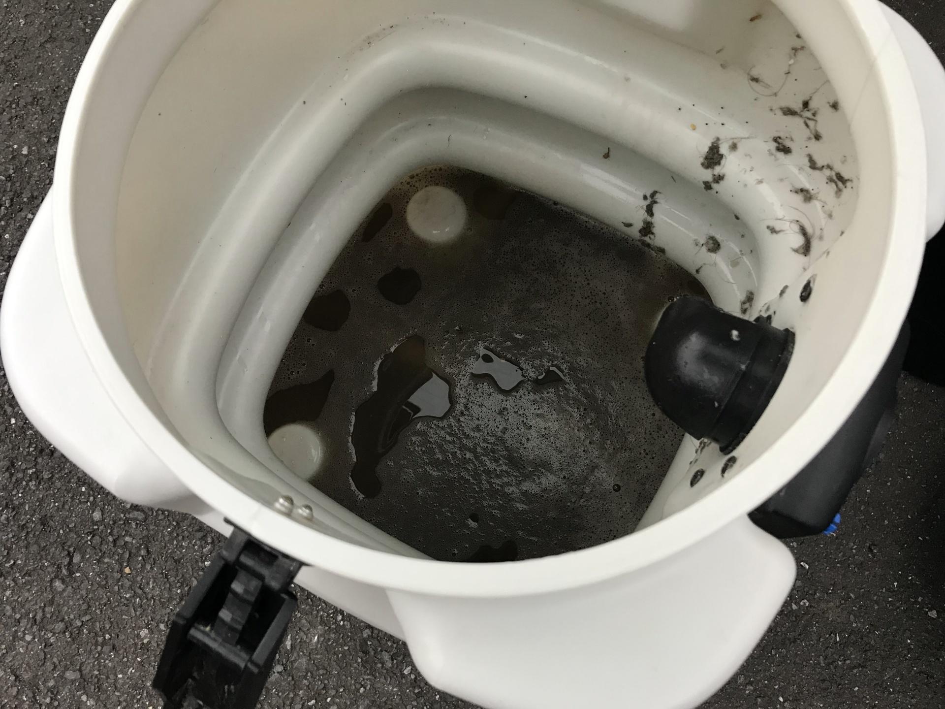 カーペット清掃による汚水
