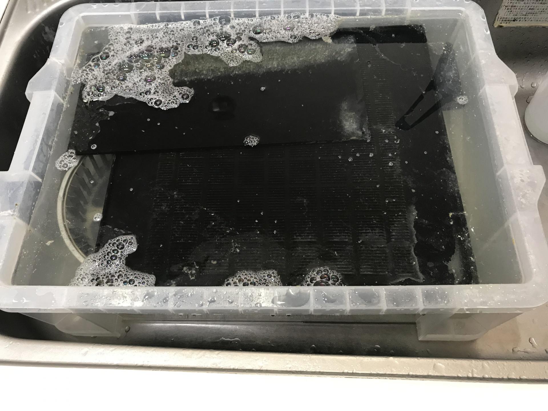 外した部品は浸け置き洗浄します