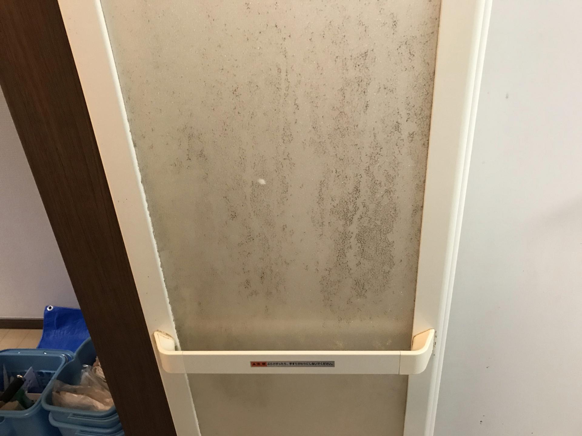 お風呂のドアも汚れています