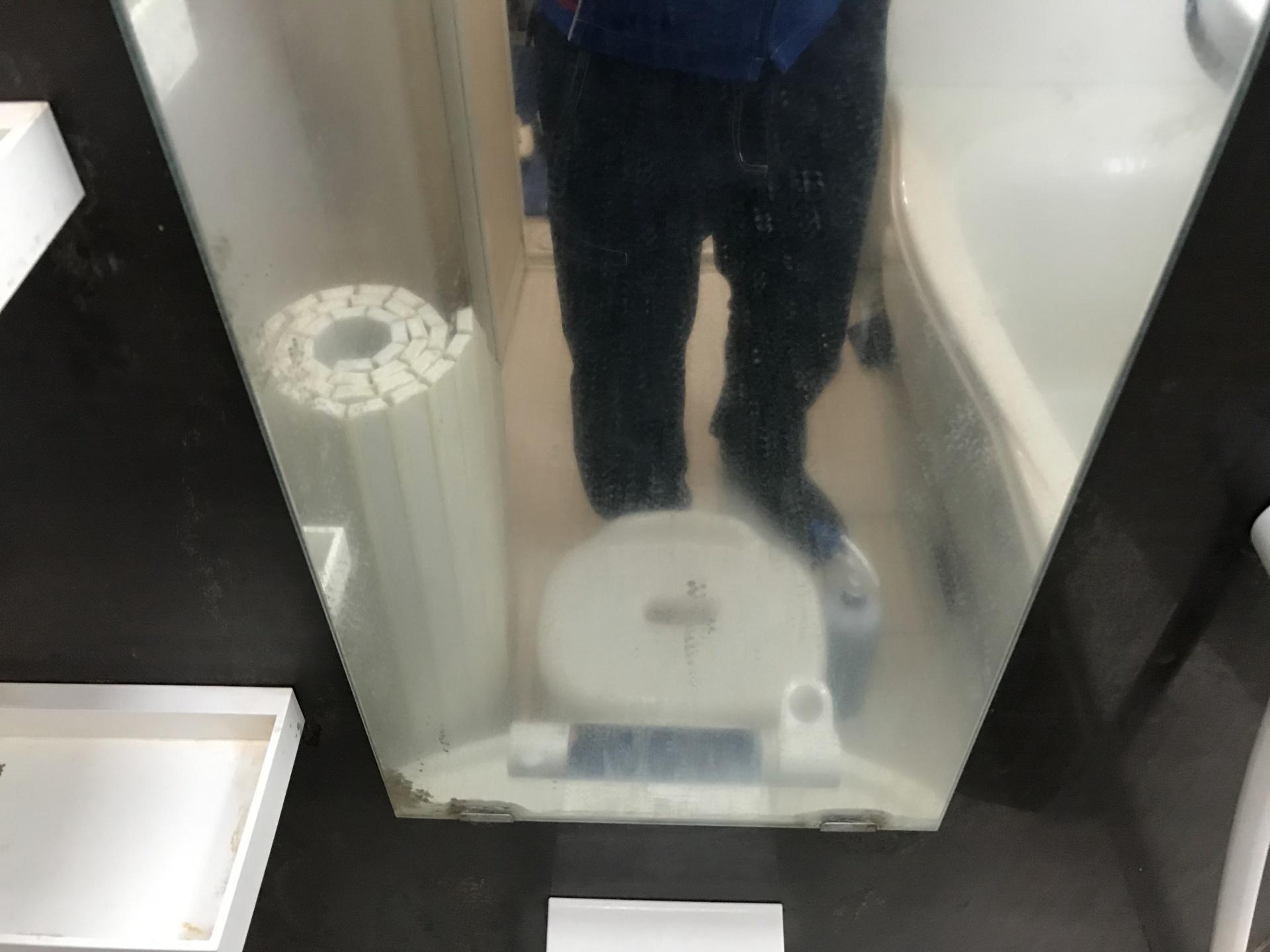 鏡も水垢でくすんでいます