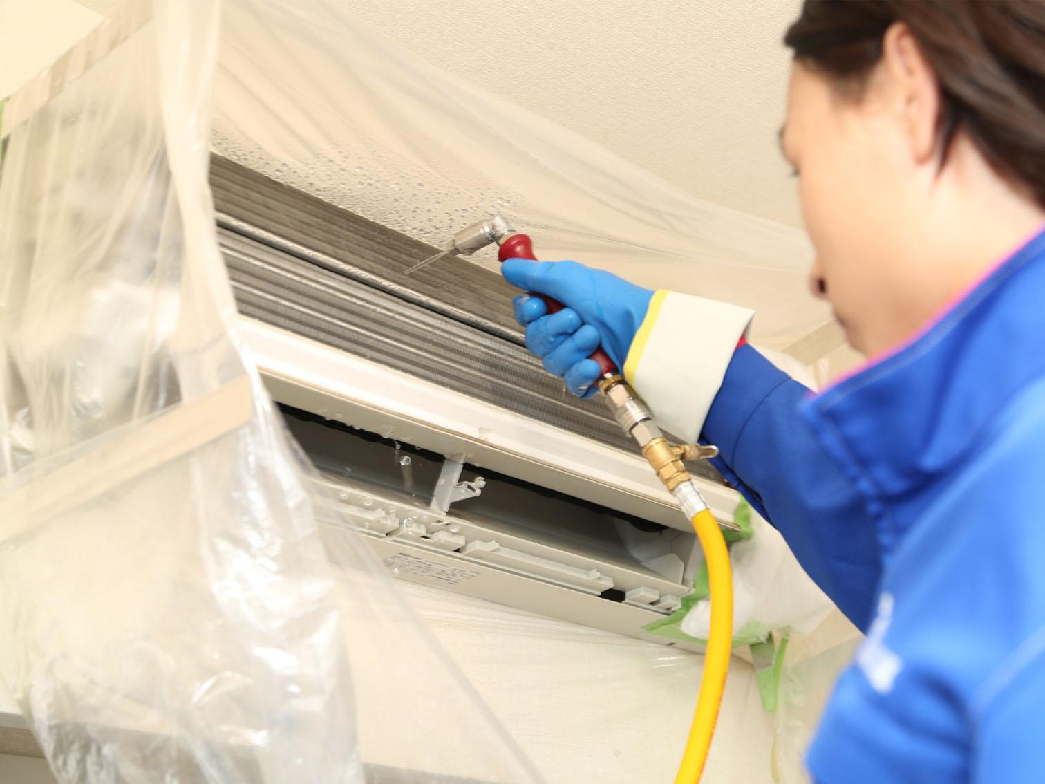 2.専用機材で内部を徹底的に洗浄します