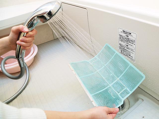 ④フィルターを裏面から水洗いする